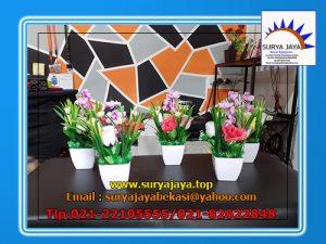 Menyewakan Bunga Meja Plastik Sebagai Hiasan